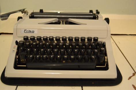 typewriter-894720_1920.jpg
